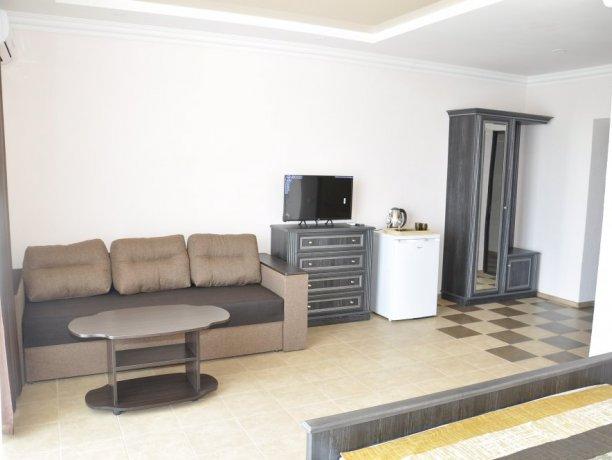 Suite №308, база отдыха «Променад», Кирилловка. Фото 1