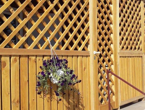 Люкс Люкс сдеревянной верандой 2х местный,3, база отдыха «Азов Коралл», Кирилловка. Фото 1