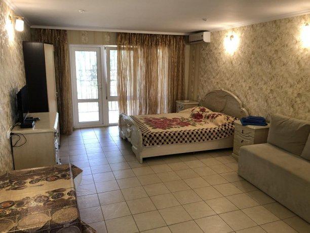 Семейный-люкс №15, база отдыха «Гостиный двор», Кирилловка. Фото 1