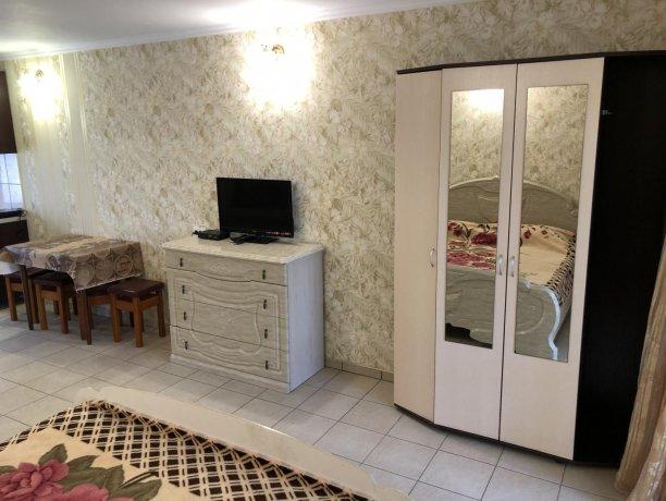 Семейный-люкс №15, база отдыха «Гостиный двор», Кирилловка. Фото 3