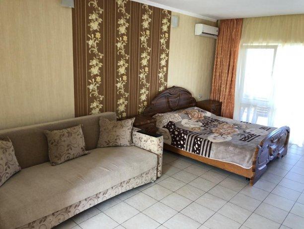 Семейный-люкс №20, база отдыха «Гостиный двор», Кирилловка. Фото 1