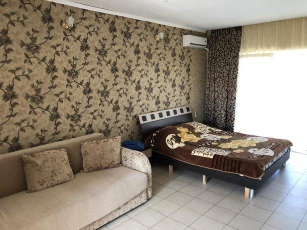 Семейный-люкс №22, база отдыха «Гостиный двор», Кирилловка. Фото 1