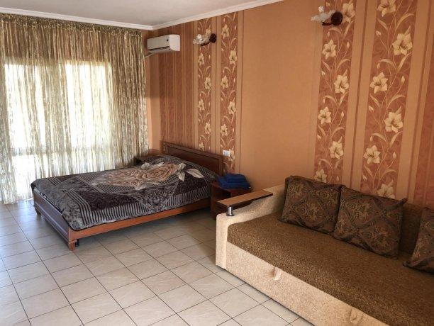 Семейный-люкс №23, база отдыха «Гостиный двор», Кирилловка. Фото 1