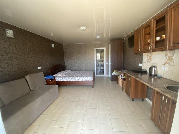 Семейный-люкс №42, база отдыха «Гостиный двор», Кирилловка. Фото 1