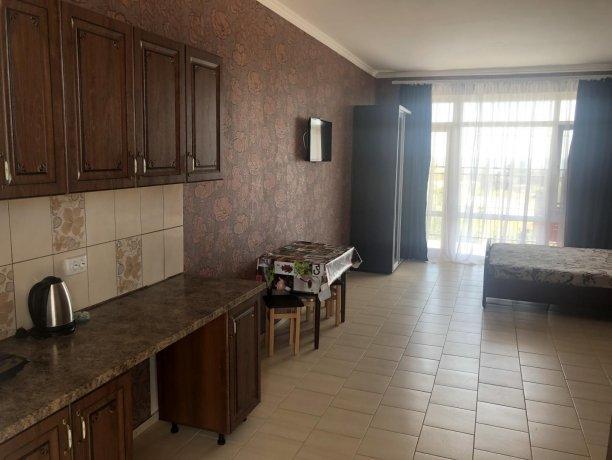 Семейный-люкс №46, база отдыха «Гостиный двор», Кирилловка. Фото 1